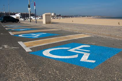 Places de parking handicapé à la plage