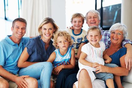 Plusieurs générations d'une Famille sur un divan