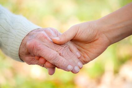 Seniors et jeunes main dans la main