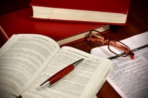 Livre de droit et lunettes