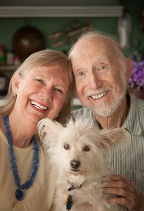 Couple Senior avec un chien