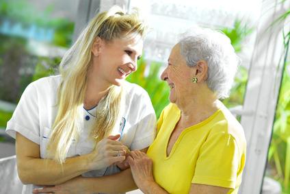 Infirmière accompagnat une personne âgée