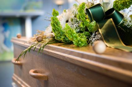 Cercueil recouvert de fleurs