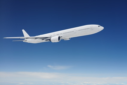 Avion volant au dessus des nuages