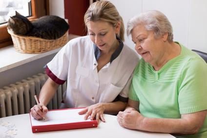 Infirmière en gériatrie visitant un patient à domicile