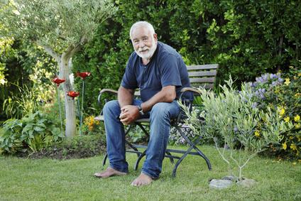 Homme senior souriant assis sur un banc