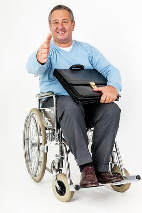 Homme sympathique dans un fauteuil roulant levant les pouces vers le haut